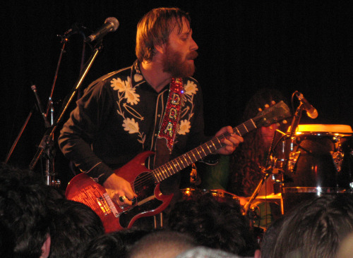 dan-auerbach-on-stage